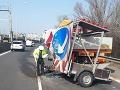 FOTO Na diaľnici D2 narazilo nákladné auto do prenosného dopravného značenia