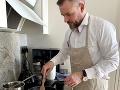 Konkurencia pre Sulíka? FOTO V kuchyni sa zvŕta aj Pellegrini: Outfitom pod zásterou baví Slovákov