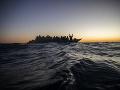 Loď plná migrantov dostala