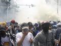 Demonštrácie v Mjanmarsku pokračujú: Razie na opozičných predstaviteľov
