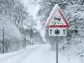 Situácia na cestách nie je najlepšia: Na týchto úsekoch si treba dávať pozor aj na sneh