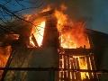 FOTO Bratislavskí hasiči zasahujú pri požiari chaty v mestskej časti Devín