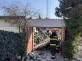 FOTO Hasiči v Komárne v plnom nasadení: Pod sutinami garáže zostali zakliesnené dve osoby