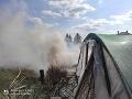 FOTO Hasiči majú plné ruky práce: Zasahujú pri požiari fóliovníka v Bánove