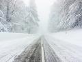 Vodiči, dávajte pozor! Varovanie pred zníženou dohľadnosťou a utlačený sneh na cestách