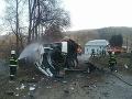 FOTO V Banskej Bystrici sa zrazil vlak s autobusom: Tucet hasičov v akcii, z miesta hlásia zranených