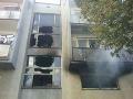 Pri požiari bytovky v Gemerskom Jablonci zasahuje desiatka hasičov: Zranila sa jedna osoba