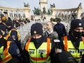 KORONAVÍRUS Proti karanténnym opatreniam protestovali v Budapešti stovky ľudí