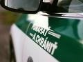 Polícia obvinila dvoch ľudí zo zločinu lúpeže a únosu: Obeť viezli v kufri auta