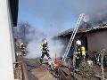 Tragédia v Komjaticiach: Pri požiari domu zomrel človek, ďalších 12 ľudí evakuovali