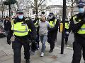 FOTO Na proteste proti reštrikciám v Londýne zadržali najmenej trinásť ľudí