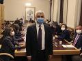 Prokurdského politika, ktorý protestoval v parlamente v Turecku, nakrátko zadržali