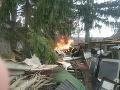 Hasiči zasahujú v obci Banka pri Piešťanoch: FOTO Horí v záhrade rodinného domu