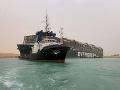 Obrovská nákladná loď narazila na plytčinu: Zablokovala najrušnejšie obchodné trasy na svete