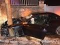 BMW po šmyku vošlo na chodník: Desivé FOTO z nehody, odniesol si to aj dom na bratislavskej Kolibe