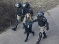Bieloruská polícia zadržala najmenej sto demonštrantov a piatich novinárov