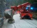 Problémy na ceste do Vrátnej doliny: Zablokoval ju balvan, zasahovať museli hasiči