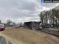 FOTO Nehoda na diaľnici D2 komplikuje dopravu: Dva jazdné pruhy sú neprejazdné