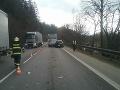 PRÁVE TERAZ Zrážka autobusu a auta na Kysuciach: FOTO Na mieste zasahujú hasiči