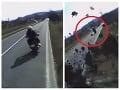 VIDEO zachytilo nebezpečnú jazdu: Motorkár to dal na chrapúňa, vytlačený kamión nemal šancu