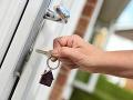 Žena si takmer rok otvárala dvere cudzieho bytu a brala peniaze