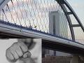 Útok na muža (22) pod Mostom Apollo: Tínedžeri ho najskôr napadli a potom okradli