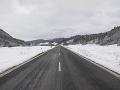 Vodiči, dávajte si pozor na cestách v PSK: Problémy spôsobuje sneh aj popadané konáre a stromy