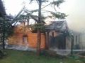 FOTO Dve desiatky hasičov zasahujú pri požiari rodinného domu v Čiernom Balogu