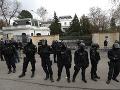 Záber z 18. apríla na ruskú ambasádu v Prahe. Aj vtedy jej okolie strážili ťažkoodenci pred protestujúcimi.