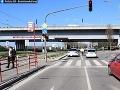 FOTO Pod bratislavským Mostom SNP došlo ráno k zrážke auta s chodkyňou