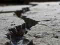 VIDEO Indiu zasiahlo silné zemetrasenie: Otrasy spôsobili veľké trhliny a škody