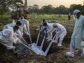 KORONAVÍRUS V Gange na severe Indie našli desiatky mŕtvych tiel: Zrejme ide o obete pandémie