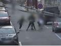 Brutálny útok štyroch na jedného: VIDEO Chlapec kráčal proti skupinke na ulici, vyrazili mu zuby