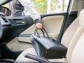 Žena zabudla v aute obrovskú sumu peňazí: Zlodej si polepšil o približne 40-tisíc eur
