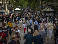 KORONAVÍRUS V Barcelone sa po uvoľnení vyšli zabávať tisíce ľudí: Polícia davy rozháňala