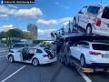 AKTUÁLNE FOTO Vážna dopravná nehoda v Bratislave, zranili sa aj deti: Cesta je neprejazdná