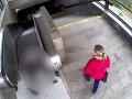 Žena okradla seniora (93): VIDEO Po páde ležal bezvládne na zemi! Otrasné, čo sa udialo potom