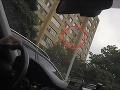 Žena plašila holuby a vypadla z okna: VIDEO Strašný pohľad! Visela len za nohu zo 7. poschodia!