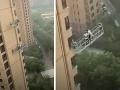 Zábery ako z hororu: VIDEO Prudký vietor rozhojdal plošinu čističov okien, vrážali do budovy