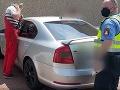 Dráma na parkovisku: VIDEO Stačila sekunda a dievčatko (2) sa v horúcom počasí zamklo v aute!