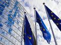 Vlajky EÚ pred budovou