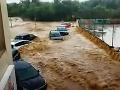 Voda odplavila viacero áut