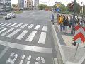 VIDEO Takto to vyzerá, keď chodec aj MHD nerešpektujú semafor: Nehode sa už nedalo zabrániť