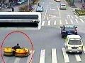 Naraz šoféroval dve autá a rútil sa cez križovatku!