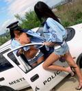 Škandálne policajné foto! V mene zákona: Hore bez!