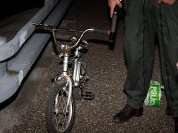 Po deťoch zostali len opustený detský bicykel a oblečenie