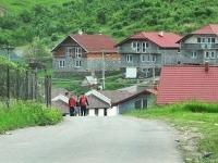 Niektoré domy zámutovských Rómov vraj nemajú v obci páru