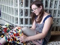 Christina pri stavaní protézy