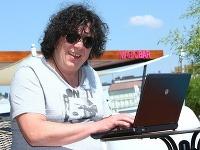 Richard Genzer bol online. Odpovedal z bratislavskej Magio pláže.