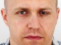 Hľadaný 36-ročný Róbert Nigut, ktorý čelí obvineniam z úkladnej vraždy v štádiu pokusu a z nedovoleného ozbrojovania a obchodovania so zbraňami.